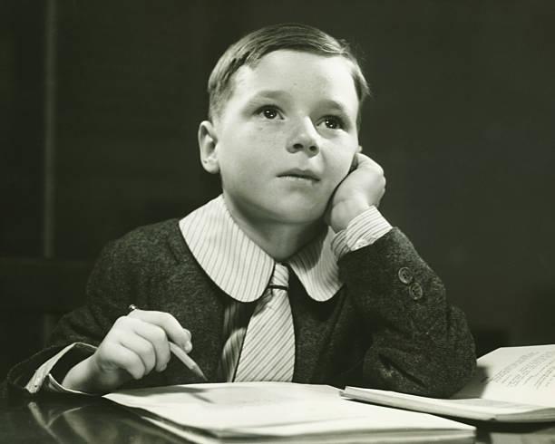 jungen (6 – 7), die hausaufgaben (b & w), porträt - schulkind nur jungen stock-fotos und bilder