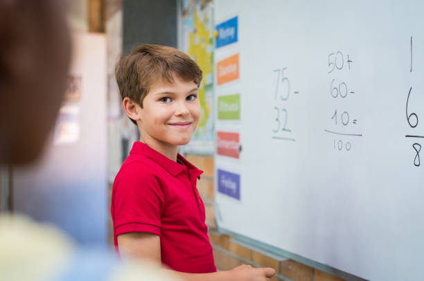 junge, die mathematische summe zu tun - mathe unterrichten stock-fotos und bilder