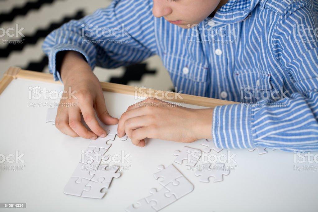 Niño haciendo rompecabezas - foto de stock