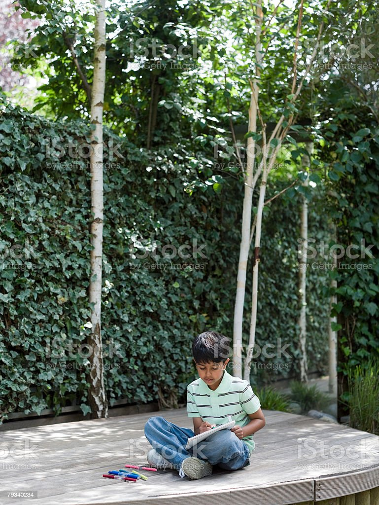 Boy drawing in garden royalty-free 스톡 사진