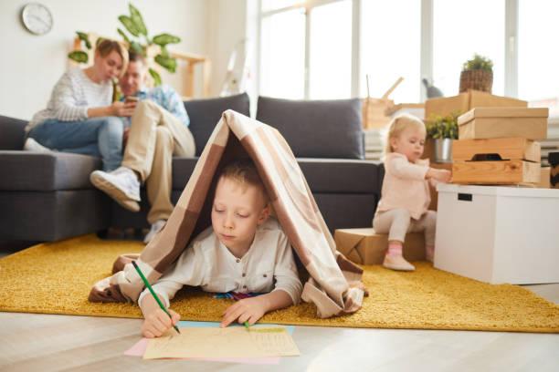 pojke ritning nytt hus för sin familj - fort bildbanksfoton och bilder