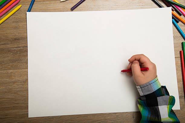 Junge Zeichnung mit Farben und Buntstifte Wasser – Foto
