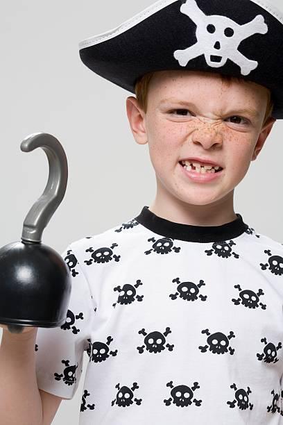 junge gekleidet pirat - piratenzimmer themen stock-fotos und bilder