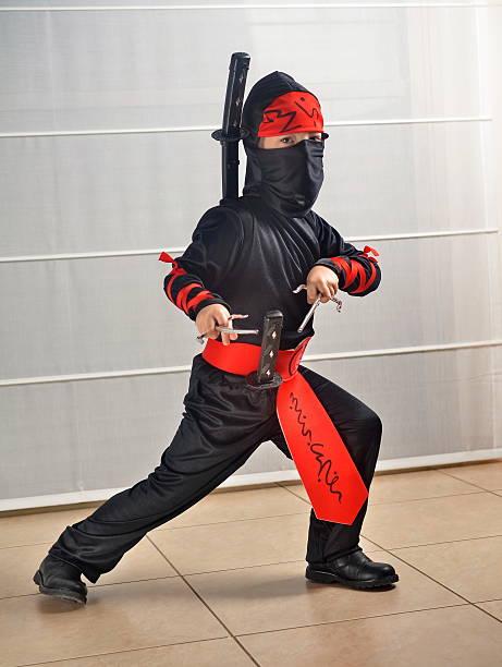niño disfrazado para halloween/purim como ninja - ninja fotografías e imágenes de stock