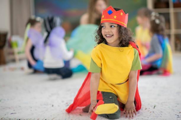 jongen verkleed in kings kostuum speelt in een klaslokaal - acteur stockfoto's en -beelden