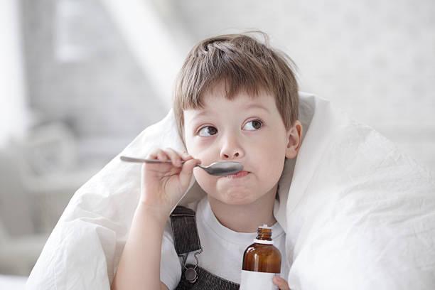 criança beber tosse xarope - xarope imagens e fotografias de stock