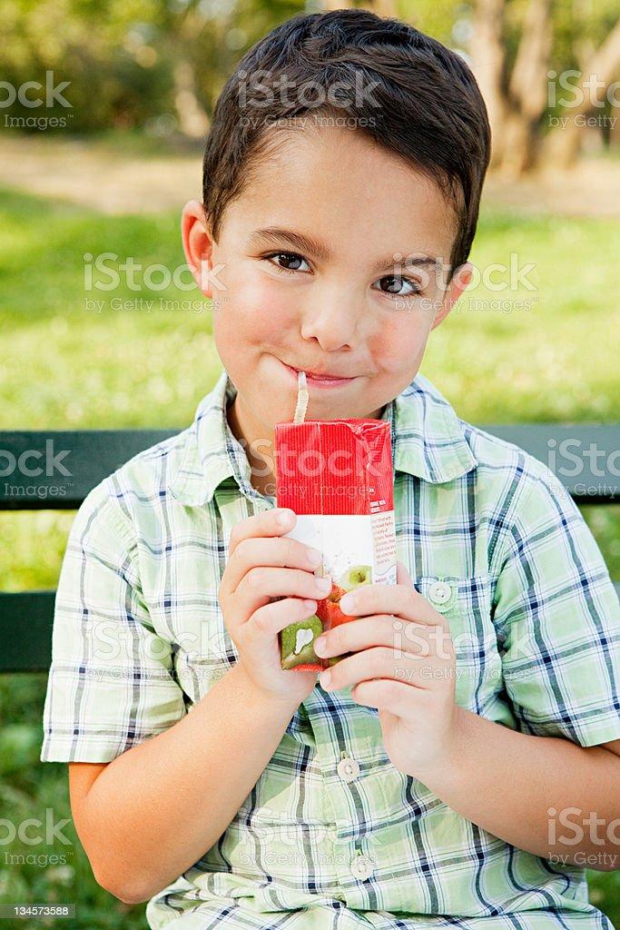 Jungen Trinken von Orangensaft Kartonverpackung, Porträt – Foto