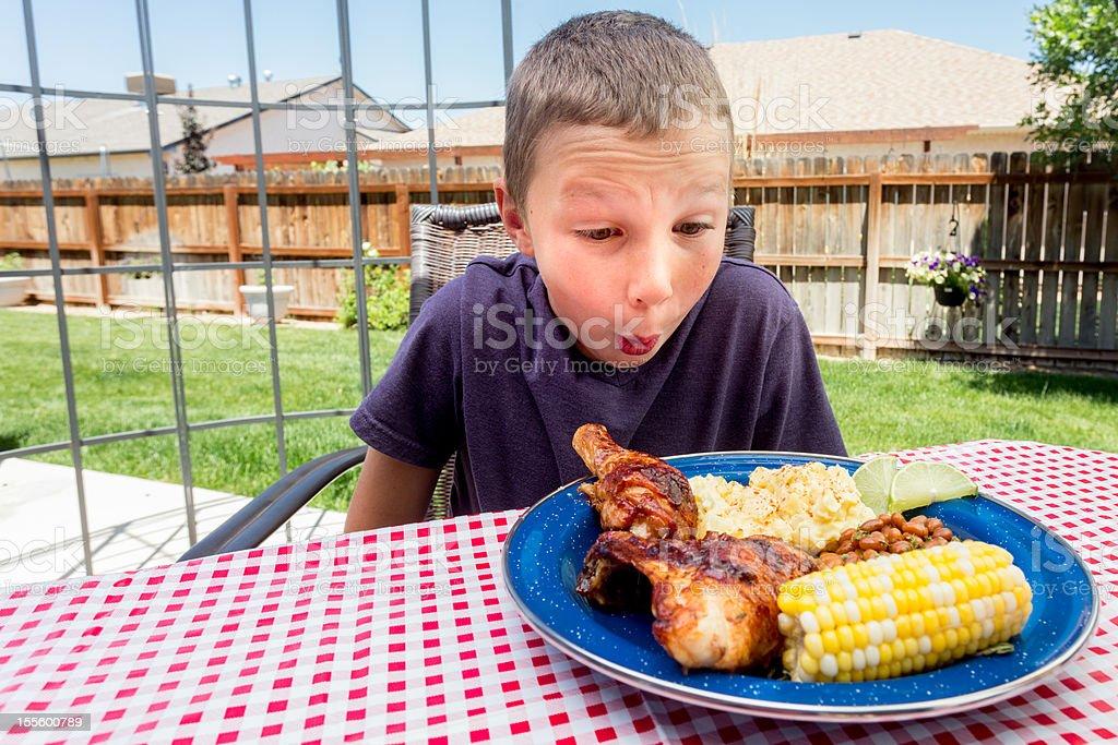Petit garçon manger Poulet sauce Barbecue - Photo