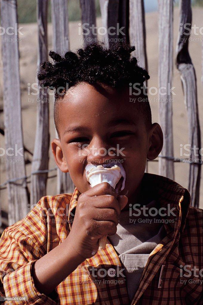 Petit garçon manger de la crème glacée photo libre de droits