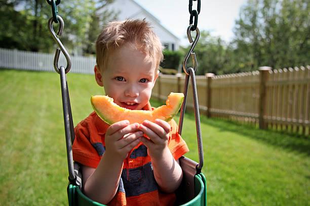 Junge Essen Melone – Foto