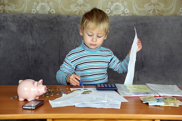 junge, die in der haushalt finanziert - kindergeldantrag stock-fotos und bilder