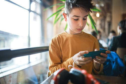 Boy Enjoy The New Technologies - Fotografie stock e altre immagini di 8-9 anni