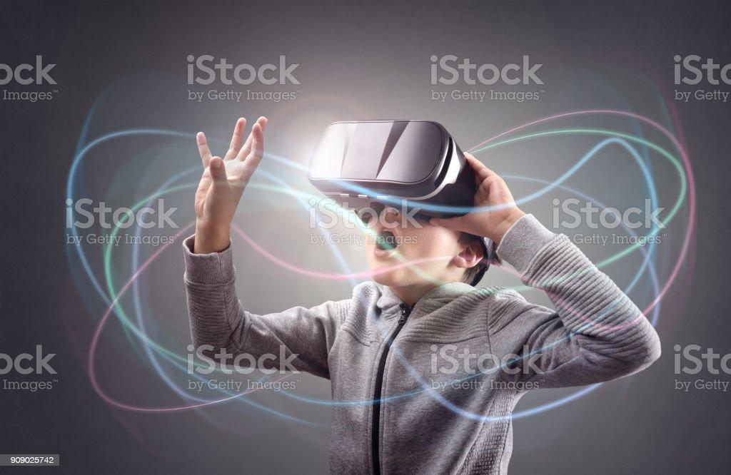 Jungen erleben mit einer virtual-Reality-Kopfhörer – Foto