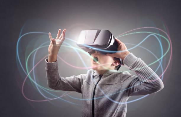 jungen erleben mit einer virtual-reality-kopfhörer - schule der zukunft stock-fotos und bilder