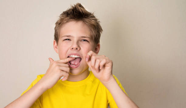 Junge Zahnseide Zähne. Close-up Portrait teenboy mit Zahnseide isoliert. – Foto