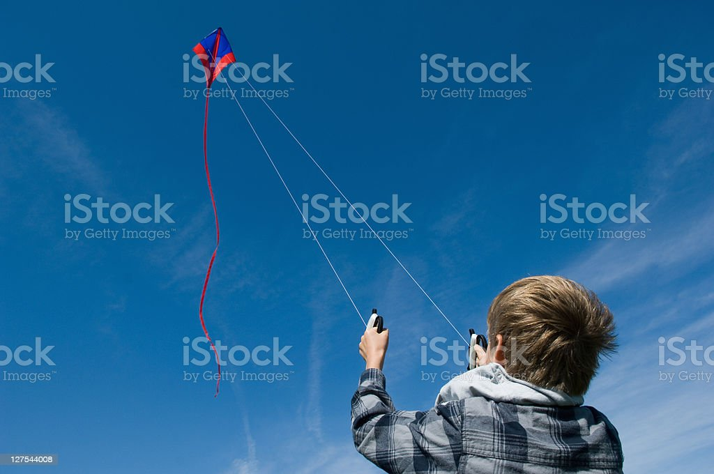 Ragazzo volare un aquilone - foto stock
