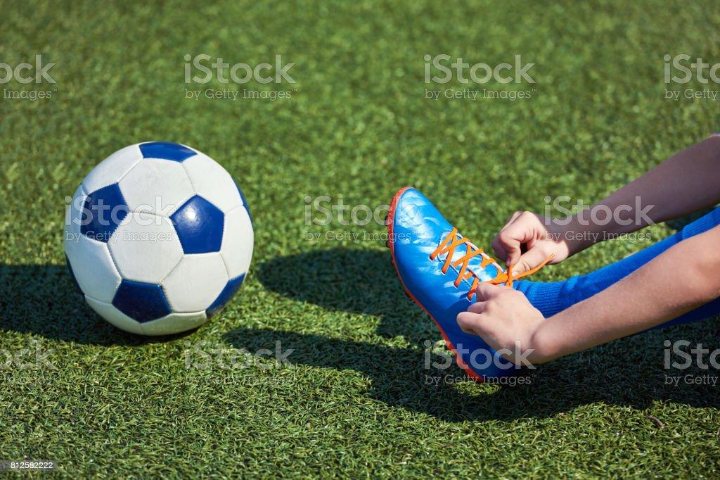 Fútbol Chico Atar Cordones Que Lo Botas En Pasto Foto de