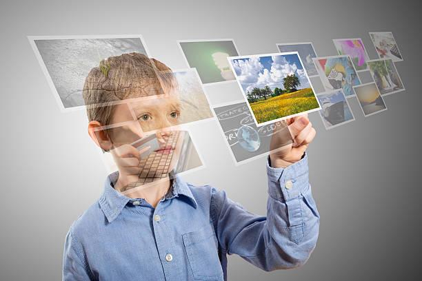 junge hand erreichen bilder streaming aus der tiefe. - serien schauen stock-fotos und bilder