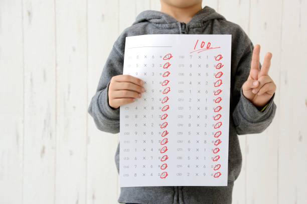 テスト スコアを持つ少年 - 成績が上がる ストックフォトと画像