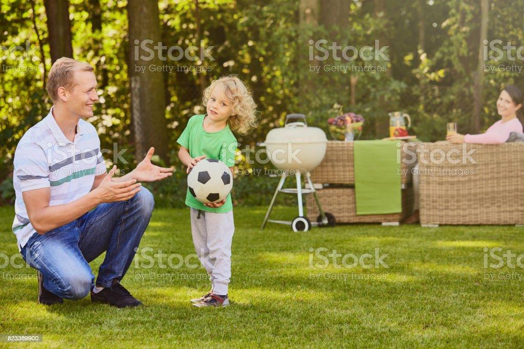 Garçon s'amusant avec le père - Photo