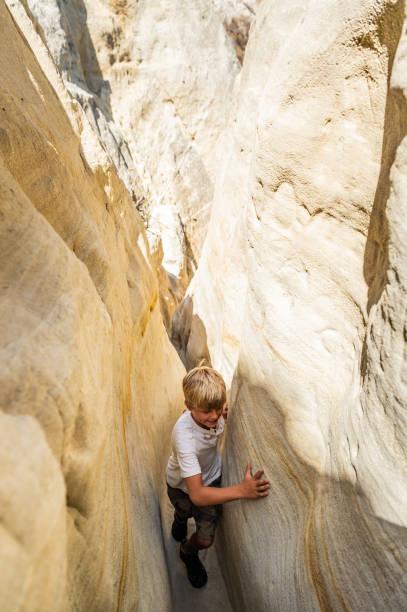 garçon de randonnée dans un canyon - étroit photos et images de collection
