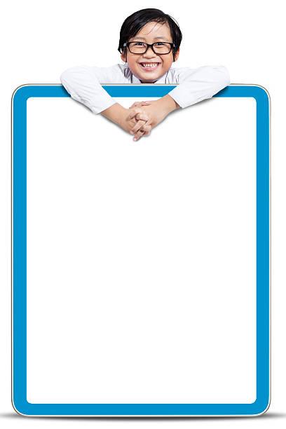 junge hält einen leeren board - sprüche kinderlachen stock-fotos und bilder