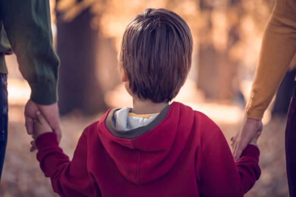 Junge seine Eltern Hand in Hand im park – Foto