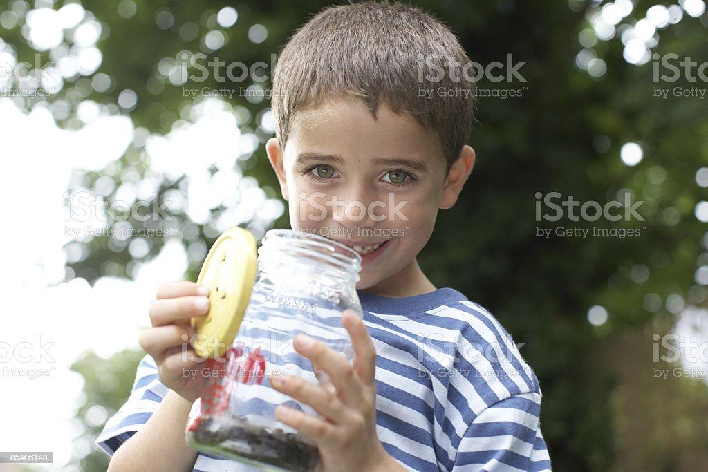 Junge holding Blatt Einmachglas Lizenzfreies stock-foto