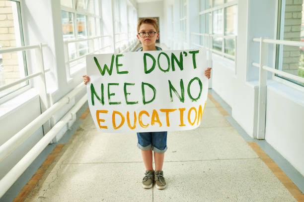 Junge hält Plakat Wir brauchen keine Ausbildung – Foto
