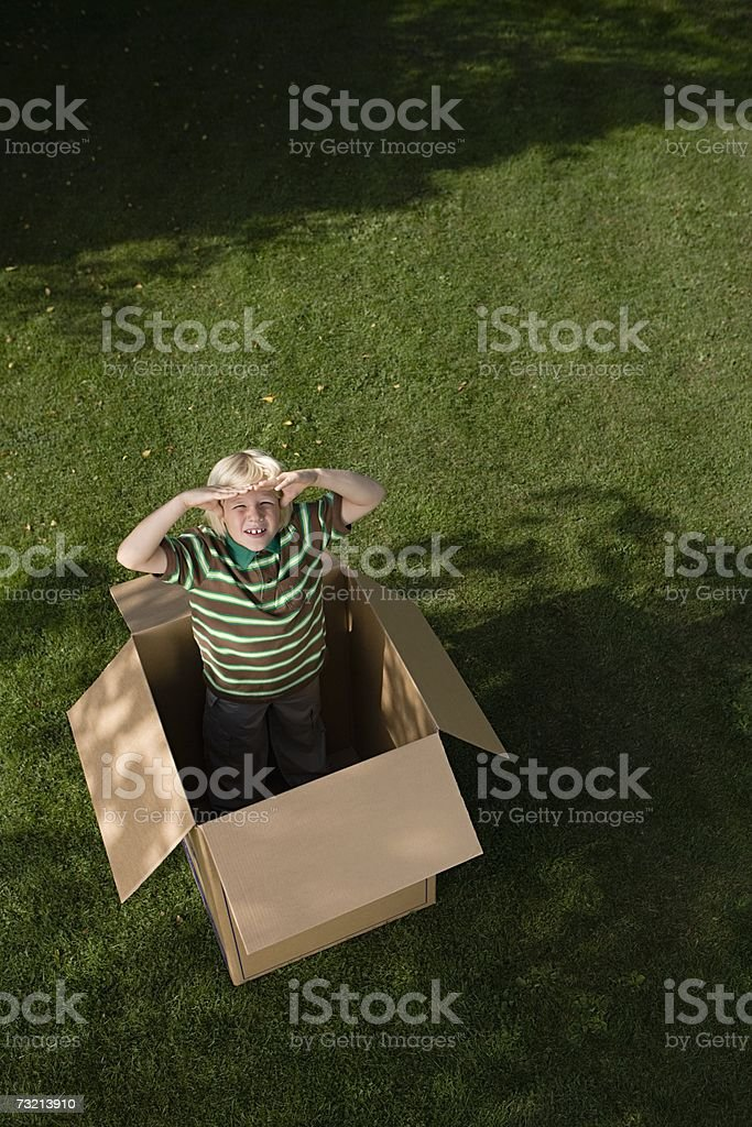 Menino em uma Caixa de Papelão foto de stock royalty-free