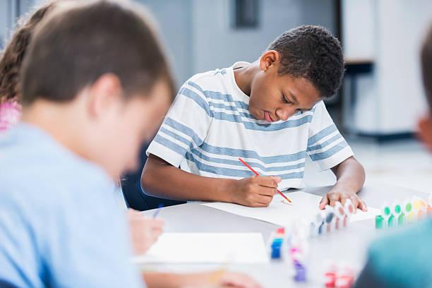 Junge in Kunst-Klasse ein Bild – Foto