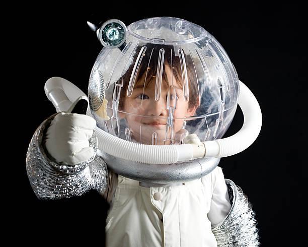 junge in astronaut anzug mit daumen hoch-schild - kleine jungen kostüme stock-fotos und bilder