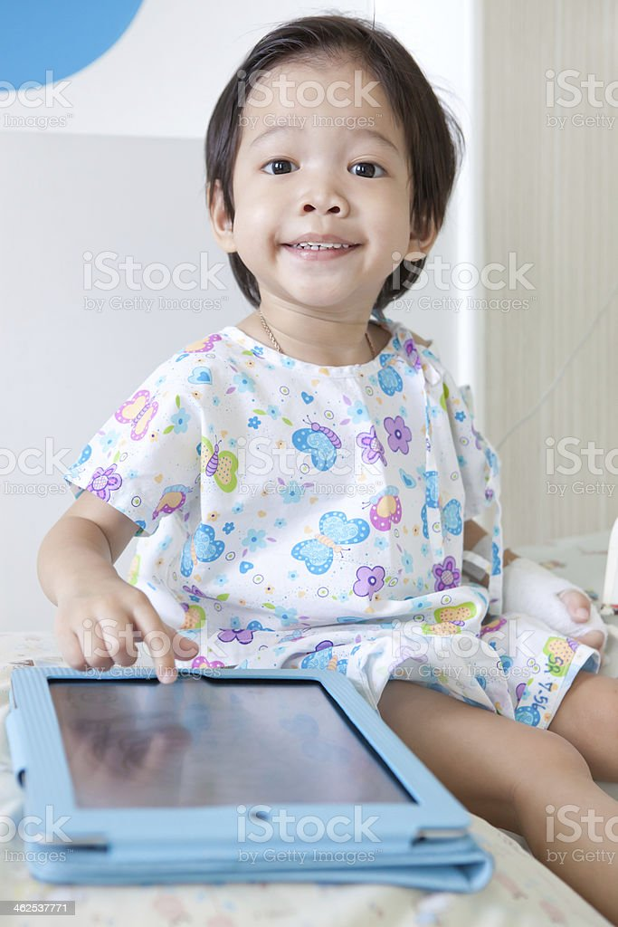 Junge im Krankenhaus mit einem Tablet arbeitet – Foto