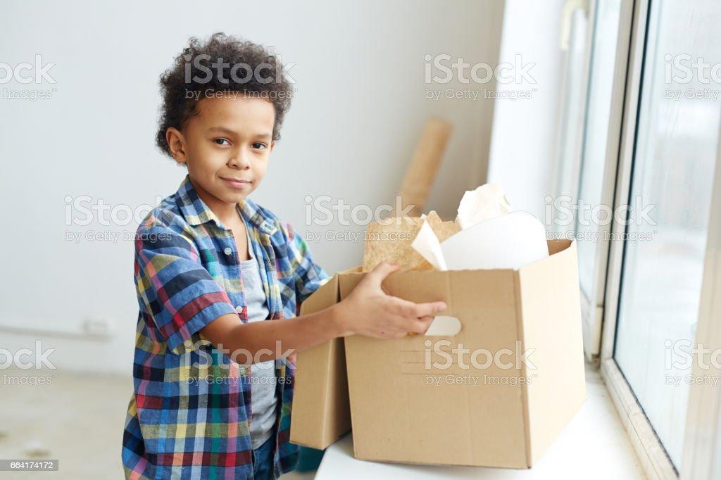 Junge in neue Wohnung Lizenzfreies stock-foto