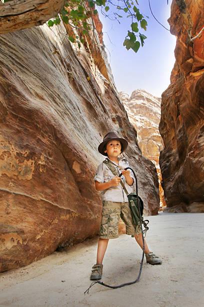 Chłopiec w Kanion Siq – zdjęcie