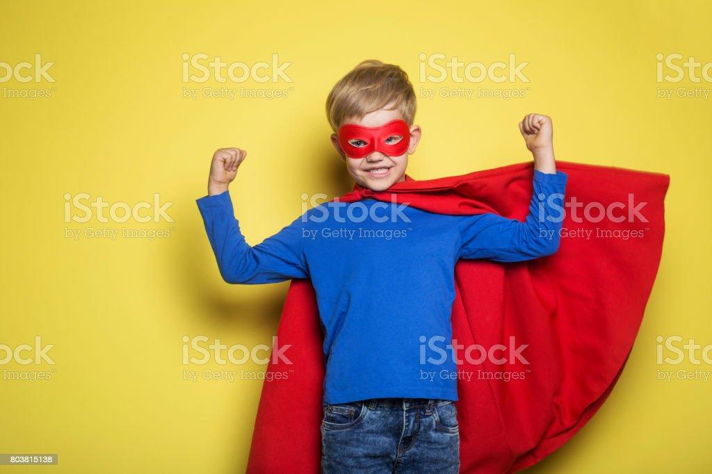 Junge im Superhelden-Kostüm – Foto