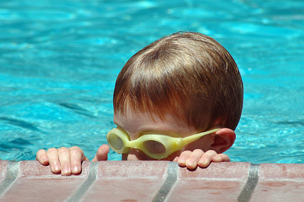 junge im pool - türkise haare stock-fotos und bilder