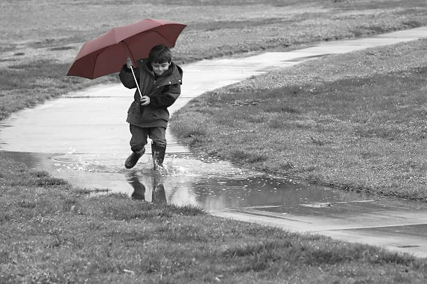 Junge im Regen – Foto