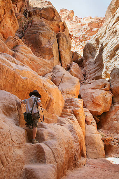 junge in the siq-canyon - miniature wunderland stock-fotos und bilder