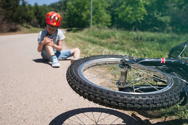 junge ist die stadt nach einem fahrrad-unfall verletzt - kinderfahrrad stock-fotos und bilder