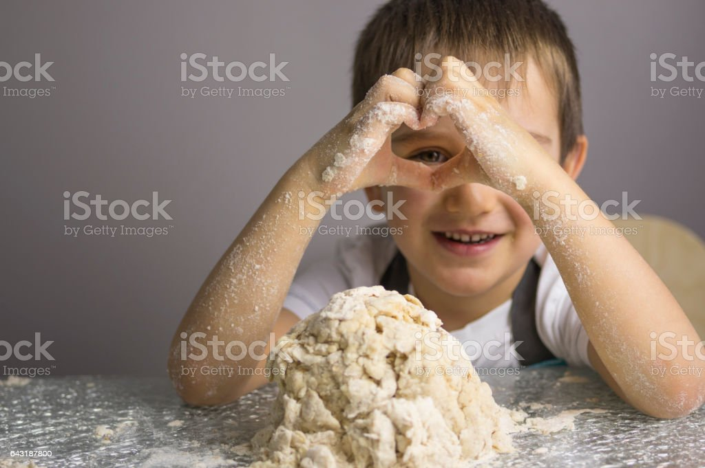Boy is prepearing pizza dough – Foto