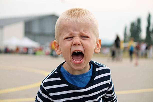 boy is shouting - gillen stockfoto's en -beelden
