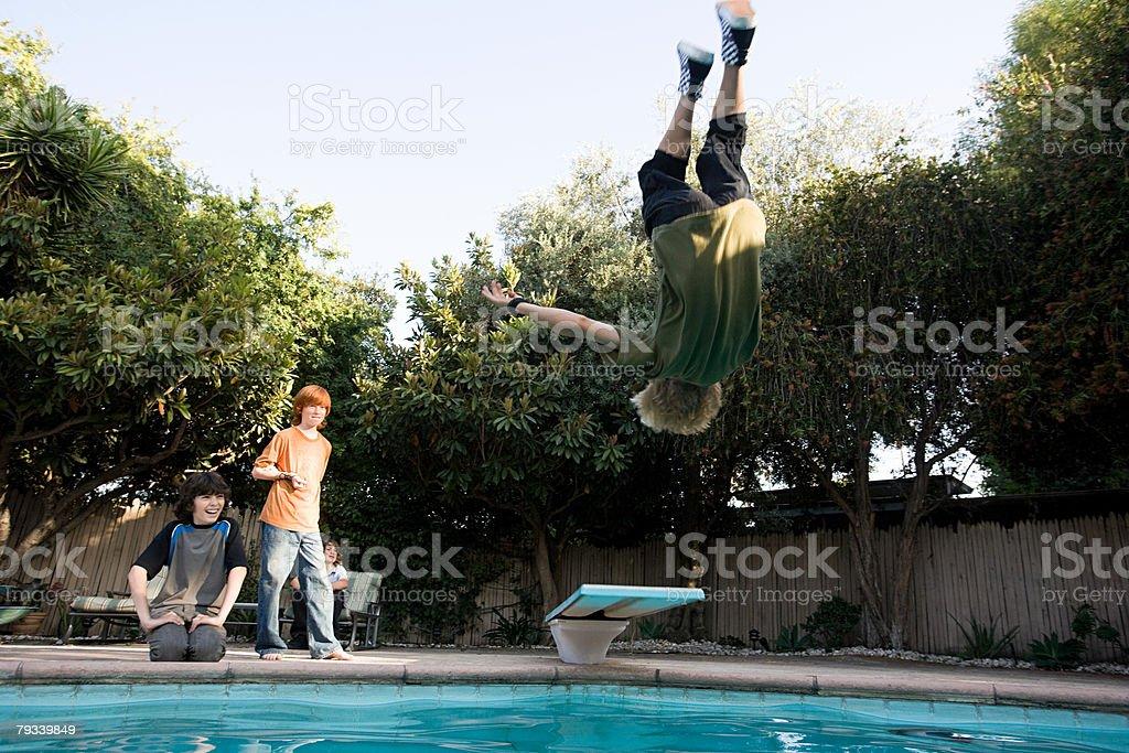 Junge springen in pool Lizenzfreies stock-foto