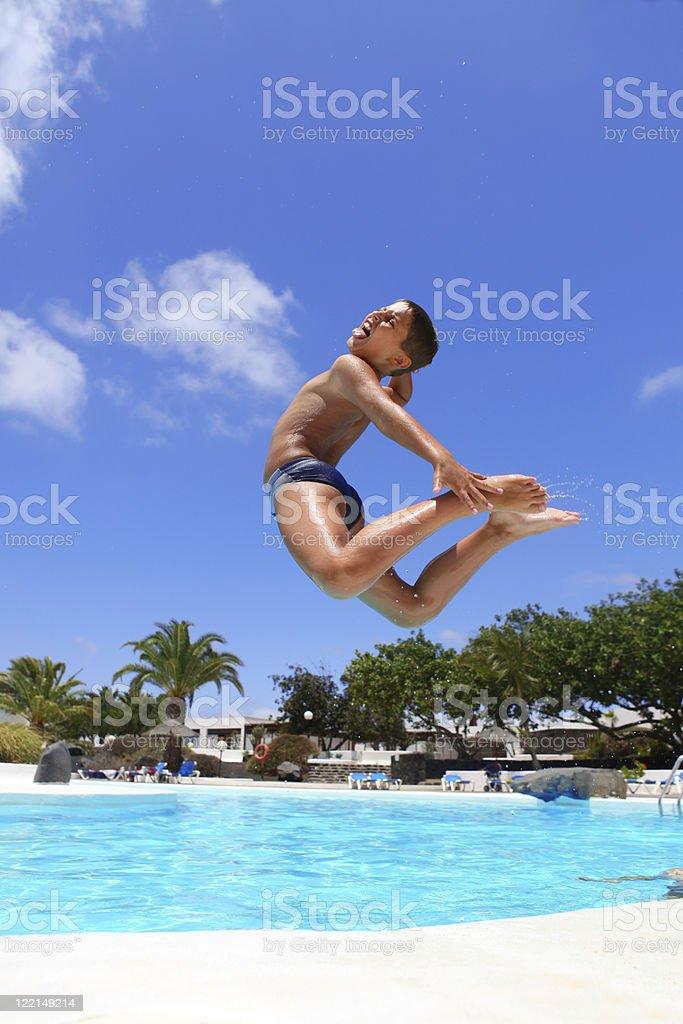 Junge Springen Sie in den pool Lächeln – Foto