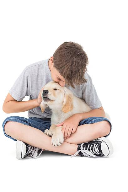 niño besando a la de cachorros sobre fondo blanco - vuelta completa fotografías e imágenes de stock