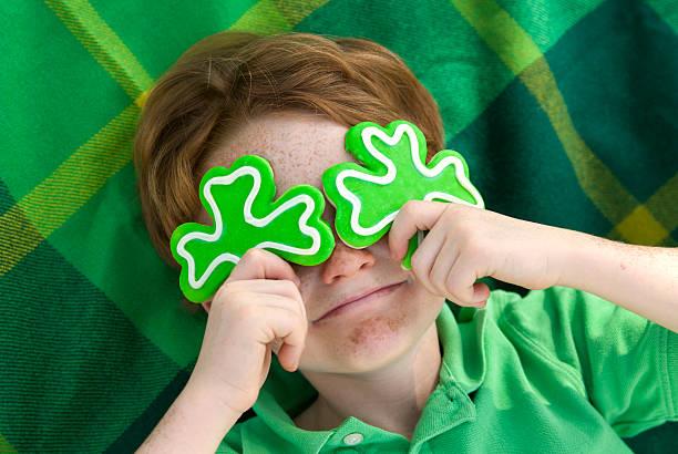 笑う少年レプリコーン、アイルランド人&聖パトリックの日のシャムロックのクッキー - 聖パトリックの祝日 ストックフォトと画像
