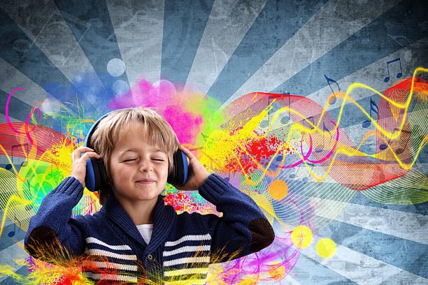 menino ouvir música - desenhos de notas musicais - fotografias e filmes do acervo