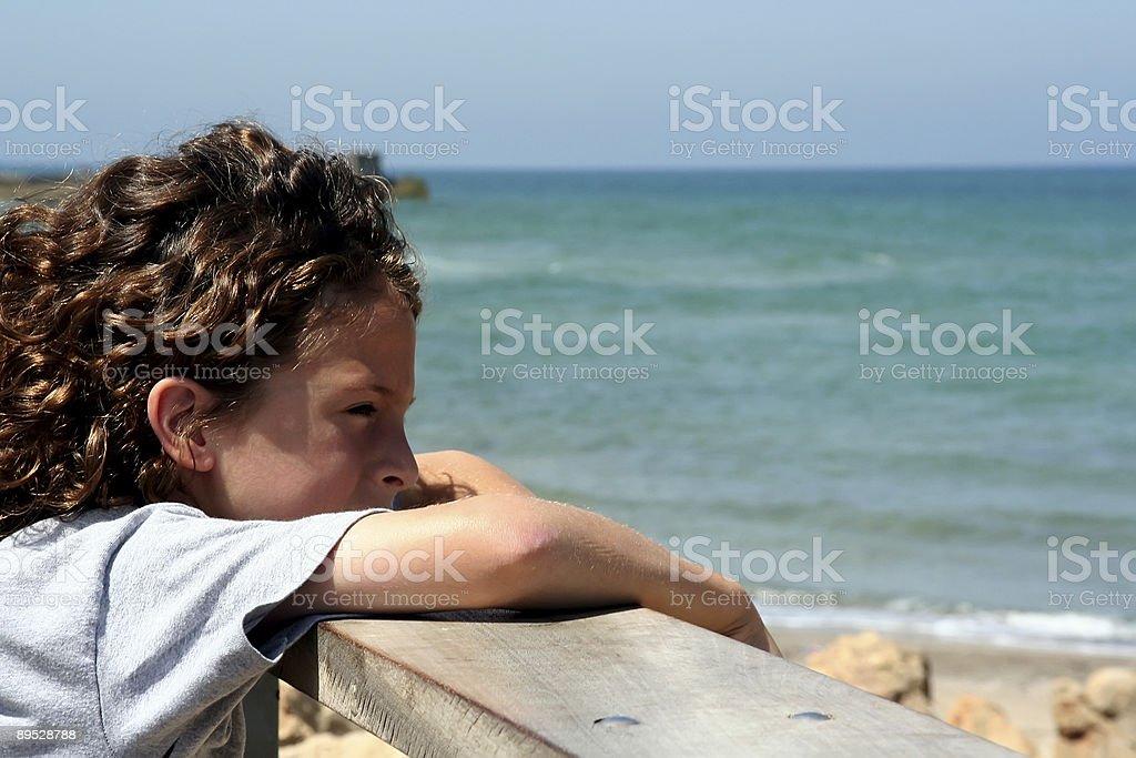 boy con vista al mar foto de stock libre de derechos