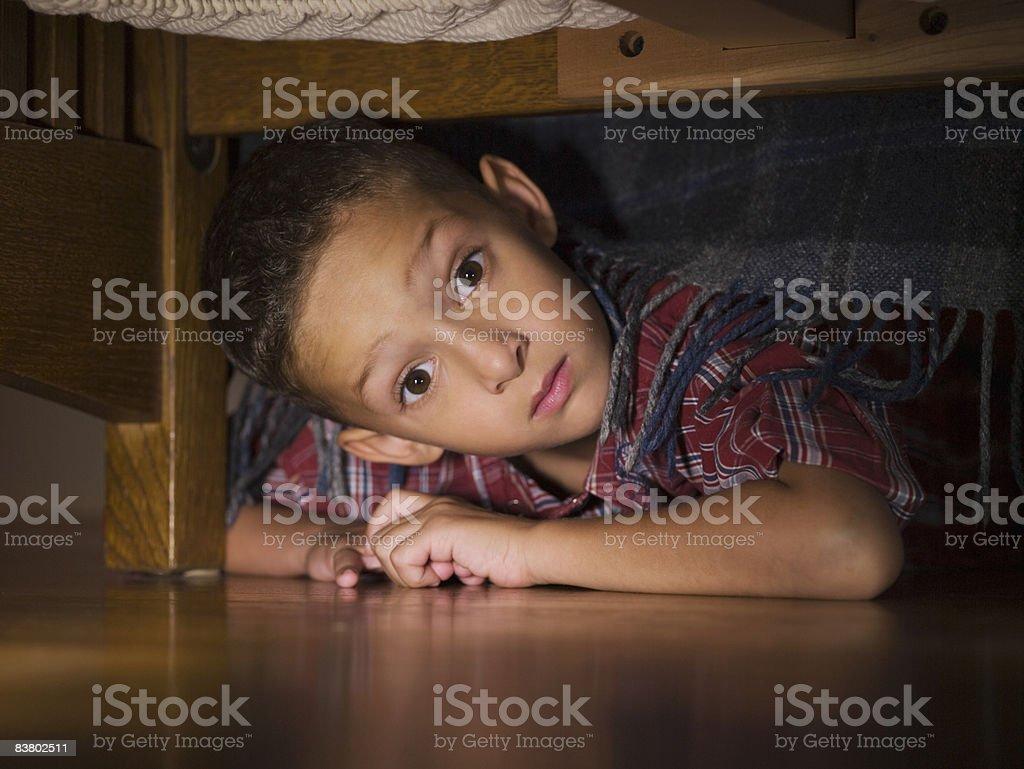 Petit garçon à la recherche de lit photo libre de droits