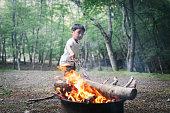 たき火をする少年